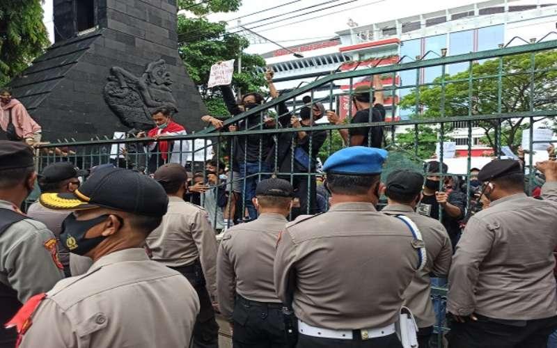 Demo di Kantor DPRD Jateng Rusuh, 1 Mahasiswa Kena Lemparan Besi Massa menggelar aksi demonstrasi menolak pengesahan UU Cipta Kerja di depan kantor DPRD Jateng, Rabu (7/10/2020). (Imam Yuda Saputra - Semarangpos.com)