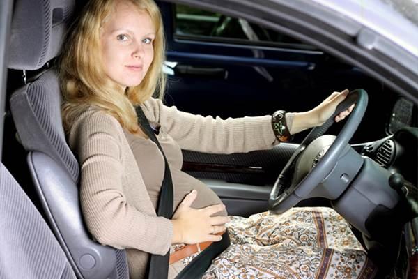 Wanita hamil mengendarai mobil - shespeaks.com