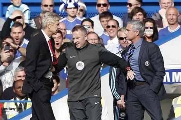 Pelatih Arsenal Arsene Wenger (kiri) dan pelatih Chelsea Jose Mourinho (kanan) nyaris adu fisik pada pertemuan pertama musim 2014-2015 di Stadion Stamford Bridge, London, markas Chelsea - Reuters/Eddie Keogh