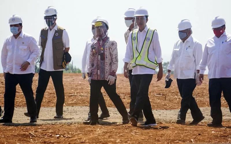 Presiden Joko Widodo (tiga kanan) didampingi Kepala Badan Koordinasi Penanaman Modal (BKPM) Bahlil Lahadalia (tiga kiri), Menteri Badan Usaha Milik Negara (BUMN) Erick Thohir (kiri), Bupati Batang Wihaji (empat kiri) dan jajaran menteri lainnya berbincang saat peninjauan Kawasan Industri Terpadu Batang dan Relokasi Investasi Asing ke Indonesia di Kedawung, Kabupaten Batang, Jawa Tengah, Selasa (30/6/2020).  - ANTARA