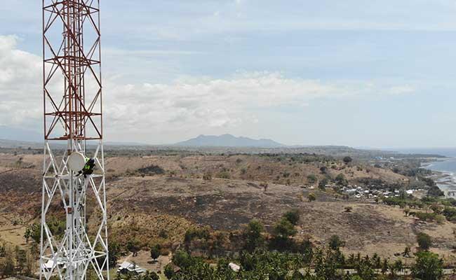 Teknisi melakukan pemeriksaan perangkat BTS di daerah Labuhan Badas, Sumbawa Besar, Nusa Tenggara Barat (NTB), Senin (26/8). Bisnis - Abdullah Azzam