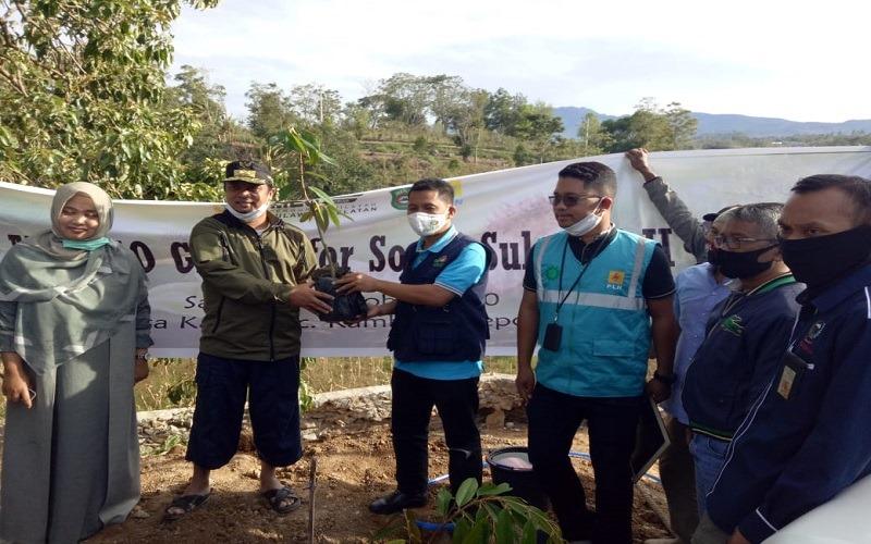 Assistant Manager CSR & PKBL Hasyim menyerahkan secara simbolis bantuan bibit tanaman kepada Wakil Gubernur Provinsi Sulawesi Selatan, Andi Sudirman Sulaiman pada Sabtu, 17 Oktober 2020 - Istimewa