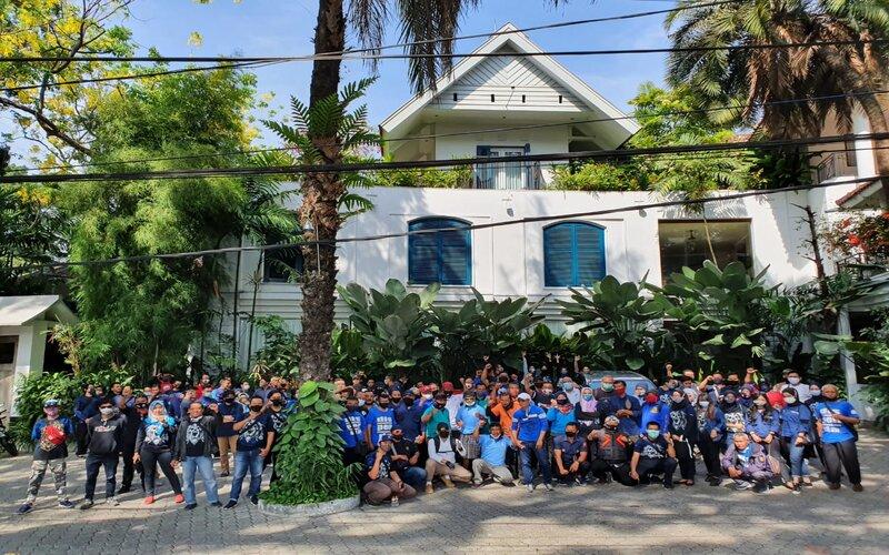 Anggota d'Kross Community berfoto bersama di Jalan Tugu saat melakukan kerja bakti memperingati hari jadinya yang ke-14 pekan lalu. - Istimewa