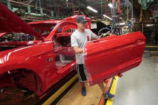 Pekerja pabrik Ford Motor sedang mengerjakan perakitan Ford Mustang 2015 di Ford Motor Flat Rock Assembly Plant di Flat Rock, Michigan, 20 Agustus 2015.  - Reuters