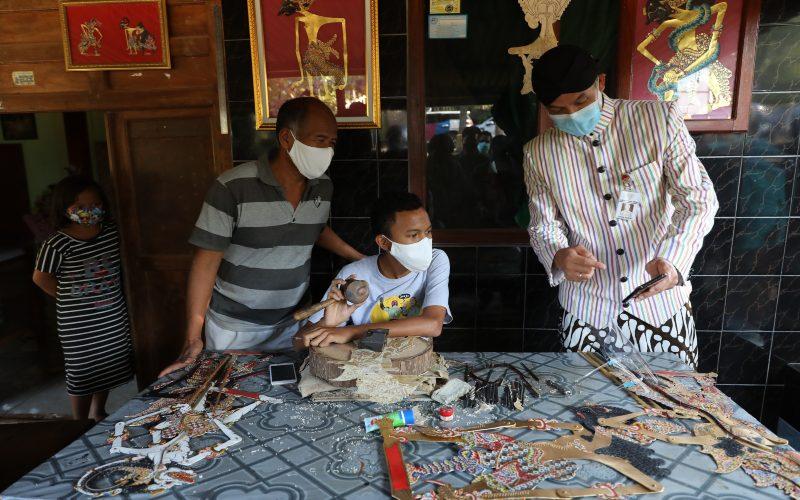 Gubernur Jawa Tengah Ganjar Pranowo mengunjungi pelaku UMKM pengrajin wayang kulit. Dukungan pemerintah daerah terhadap pengembangan UMKM di Jateng di antaranya diwujudkan dengan cara memfasilitasi penyelenggaraan pameran UMKM Virtual Expo pada 25 / 27 Oktober 2020. (Foto: Istimewa)