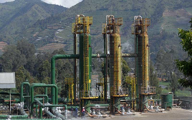 Pekerja melakukan perawatan instalasi sumur Geothermal atau panas bumi PT Geo Dipa Energi di kawasan dataran tinggi Dieng Desa Kepakisan, Batur, Banjarnegara, Jawa Tengah, Rabu (19/8/2020). ANTARA FOTO - Anis Efizudin