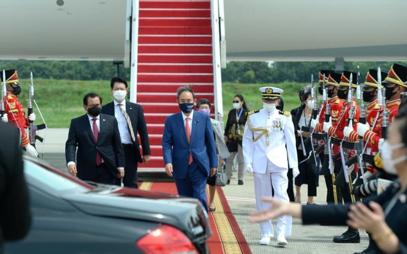 Kedatangan Perdana Menteri (PM) Jepang Yoshihide Suga beserta Ibu Mariko Suga di Bandara Internasional Soekarno-Hatta, Tangerang, disambut oleh Sekretaris Kabinet Pramono Anung di tangga pesawat, Selasa (20/10/2020). - Biro Pers Sekretariat Presiden/Kris