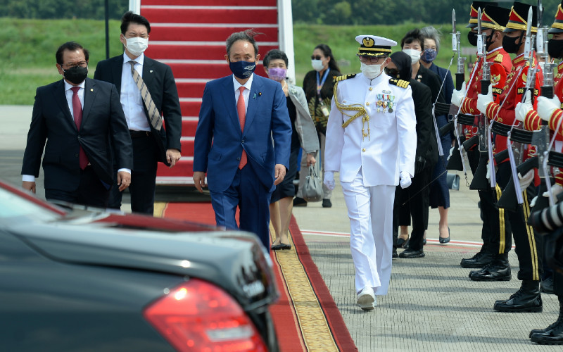 Perdana Menteri Jepang Yoshihide Suga (tengah) berjalan menuju kendaraan setibanya di Bandara Soekarno Hatta, Tangerang, Banten, Selasa (20/10 - 2020). Lawatan kenegaraan tersebut dalam rangka meningkatkan hubungan bilateral antarkedua negara. ANTARA