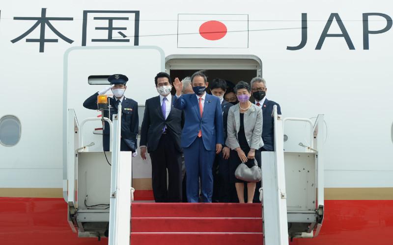 Perdana Menteri Jepang Yoshihide Suga (tengah) bersama Madam Suga Mariko (kedua kanan) melambaikan tangan setibanya di Bandara Soekarno Hatta, Tangerang, Banten, Selasa (20/10/2020). Lawatan kenegaraan tersebut dalam rangka meningkatkan hubungan bilateral antarkedua negara.  - ANTARA\r\n