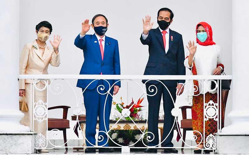 Presiden Joko Widodo (kedua kanan) didampingi Ibu Negara Iriana Joko Widodo (kanan) bersama Perdana Menteri Jepang Yoshihide Suga (kedua kiri) bersama Madam Suga Mariko (kiri) melambaikan tangan saat menerima kunjungan di Istana Bogor, Jawa Barat, Selasa (20/10/2020). Kunjungan kenegaraan tersebut dalam rangka meningkatkan hubungan bilateral antar kedua negara. ANTARA FOTO/HO - Setpres/Laily Rachev