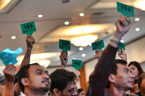 Ilustrasi peserta melakukan penawaran ketika mengikuti lelang barang hasil rampasan KPK terkait tindak pidana korupsi yang dilaksanakan Kantor Pelayanan Kekayaan Negara dan Lelang (KPKNL) sebelum pandemi Covid-19./Antara - Wahyu Putro