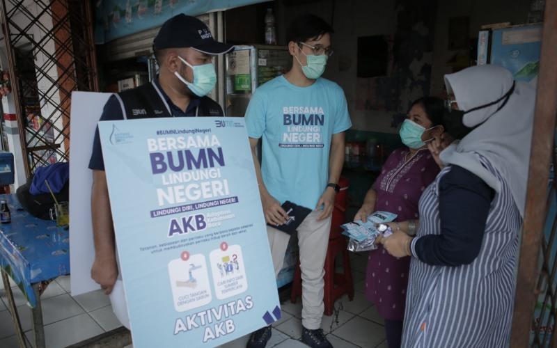 Tim dari PT Pupuk Indonesia (Persero) tengah melakukan sosialisasi sebagai upaya mendukung Program Indonesia Sehat di Jakarta Barat, Selasa (20/10/2020) - Dok./Pupuk Indonesia.