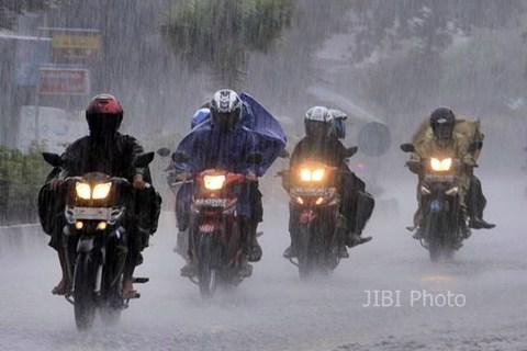 Pengendara sepeda motor menembus hujan deras. - Ilustrasi/JIBI Photo