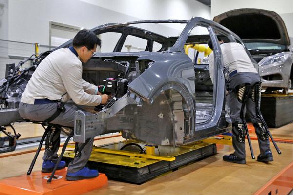 yundai Motor Group mengembangkan teknologi di tiga bidang robotik: robot yang bisa dipakai, robot servis, dan mobilitas mikro.  - HYUNDAI