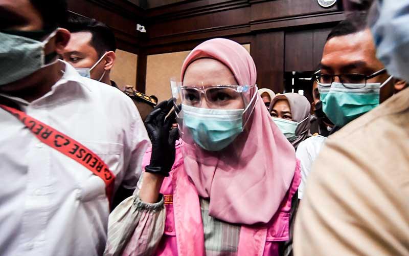 Terdakwa kasus suap pengurusan pengajuan fatwa Mahkamah Agung (MA) untuk membebaskan Djoko Tjandra, Pinangki Sirna Malasari (tengah) bersiap untuk mengikuti sidang perdana di Pengadilan Negeri Jakarta Pusat, Rabu (23/9/2020). ANTARA FOTO - Muhammad Adimaja