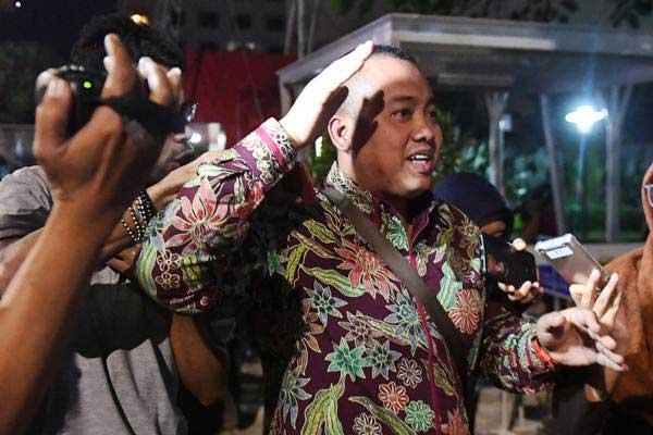 Asisten Pribadi Menpora Miftahul Ulum meninggalkan gedung KPK usai menjalani pemeriksaan di Jakarta, Kamis (3/1/2019). - ANTARA/Akbar Nugroho Gumay