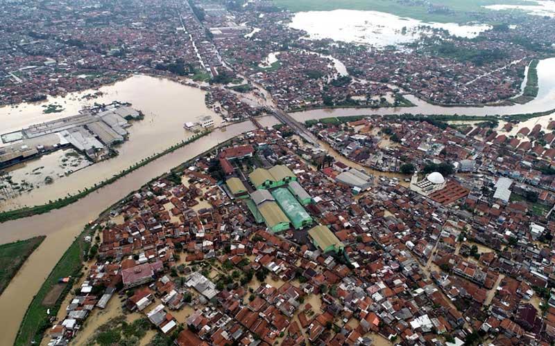 Foto udara banjir yang merendam ribuan rumah di dekat Daerah Aliran Sungai (DAS) Citarum, Baleendah, Kabupaten Bandung, Jawa Barat, Rabu (1/4/2020). Badan Penanggulangan Bencana Daerah (BPBD) Kabupaten Bandung mencatat 19.018 Kepala Keluarga (KK) atau 65.703 jiwa terdampak banjir yang menerjang Kabupaten Bandung, menyusul curah hujan yang tinggi sejak Senin (30/3). Banjir di kawasan Bandung Selatan tersebut juga telah merendam 11.932 rumah unit rumah warga. Bisnis - Rachman