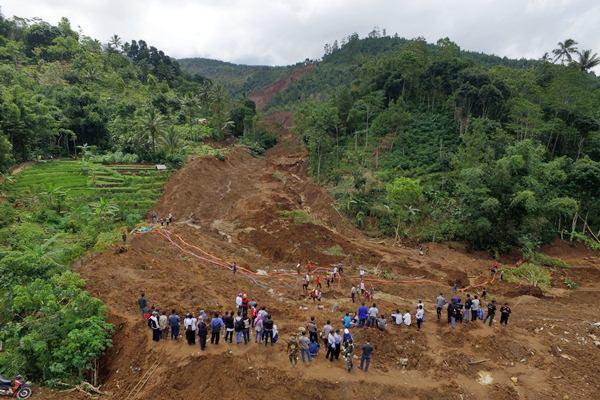 Foto aerial kondisi lokasi bencana longsor di Desa Banaran, Pulung, Ponorogo, Jawa Timur, Rabu (5/4). - Antara/Apriliandri