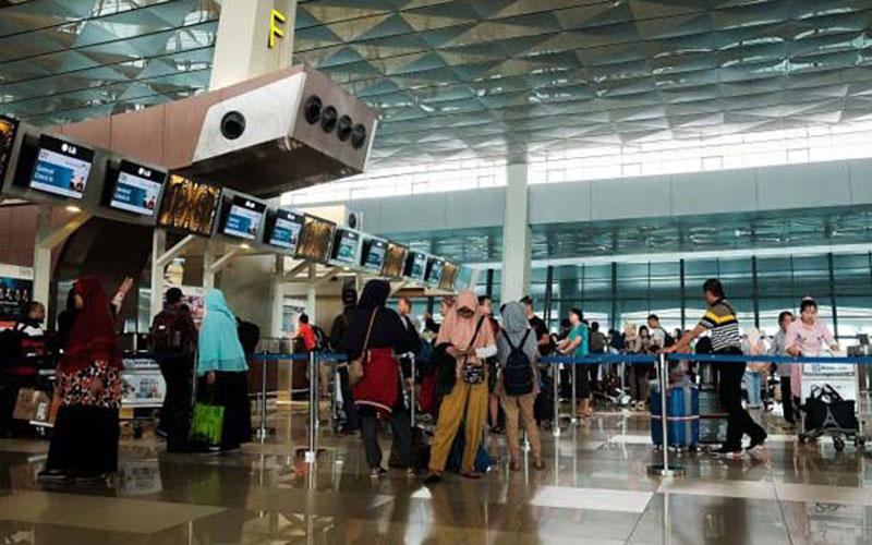 Calon penumpang menunggu keberangkatan di Terminal 3 Bandara Soekarno Hatta Tangerang, Banten. - Bisnis.com