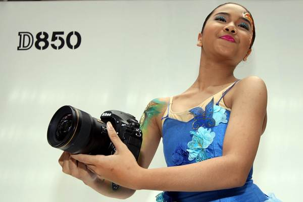 Model memperlihatkan kamera Nikon D850 saat peluncurannya di Jakarta, Senin (29/1). - JIBI/Abdullah Azzam