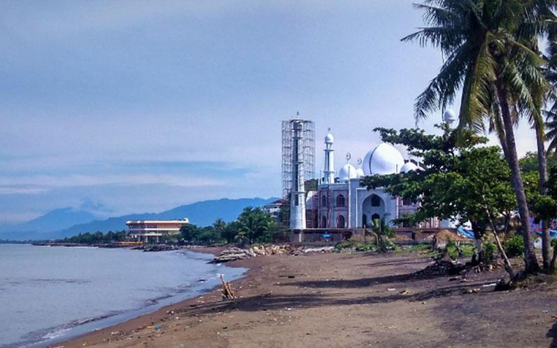 Pantai Padang, Sumatra Barat. Tampak Masjid Al Hakim yang semakin dekat ke bibir pantai akibat abrasi./Bisnis - Noli Hendra