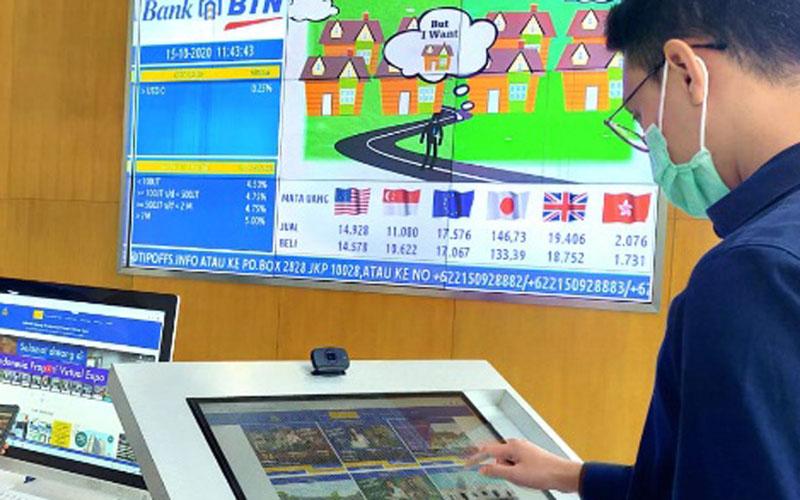 Karyawan Bank BTN memantau perkembangan kunjungan Indonesia Property Expo Virtual 4D pada Rabu (21/10/2020)./Bisnis.com - M. Richard