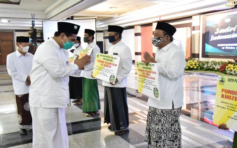 Penyerahan penghargaan kepada 15 duta pondok pesantren se-Jawa Tengah bertepatan dengan Peringatan Hari Santri 2020 di Semarang. - Ist