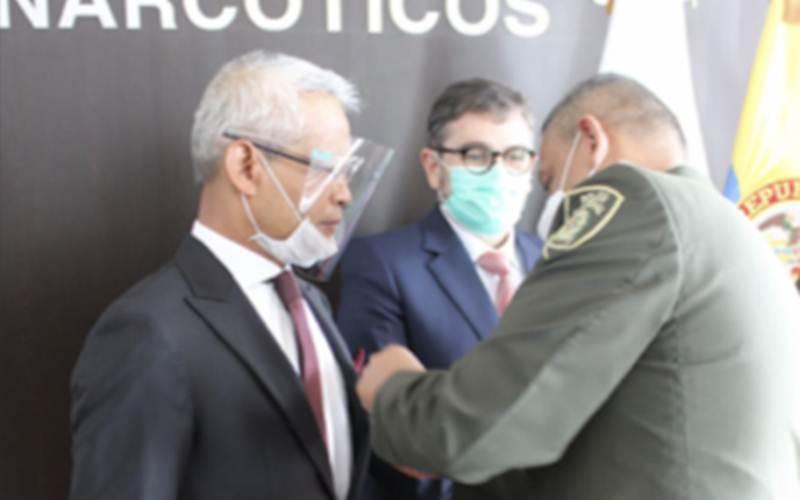 Duta Besar RI untuk Kolombia, Priyo Iswanto menerima penghargaan anti narkoba Mayor Wilson Quintero Martinez dari Kepolisian Nasional Kolombia atas jasa dan kontribusi dalam kerja sama antinarkotika kedua negara./Antara-HO - KBRI Bogota