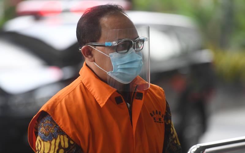 Tersangka mantan Kepala Bagian Pengendalian pada Divisi III/Sipil/II PT Waskita Karya (Persero) Tbk, Jarot Subana tiba untuk menjalani pemeriksaan di gedung KPK, Jakarta, Jumat (16/10/2020). Jarot Subana menjalani pemeriksaaan lanjutan untuk kasus korupsi pembangunan 14 proyek fiktif PT Waskita Karya pada 2009-2015 yang merugikan negara hingga Rp202 miliar. ANTARA FOTO - Akbar Nugroho Gumay