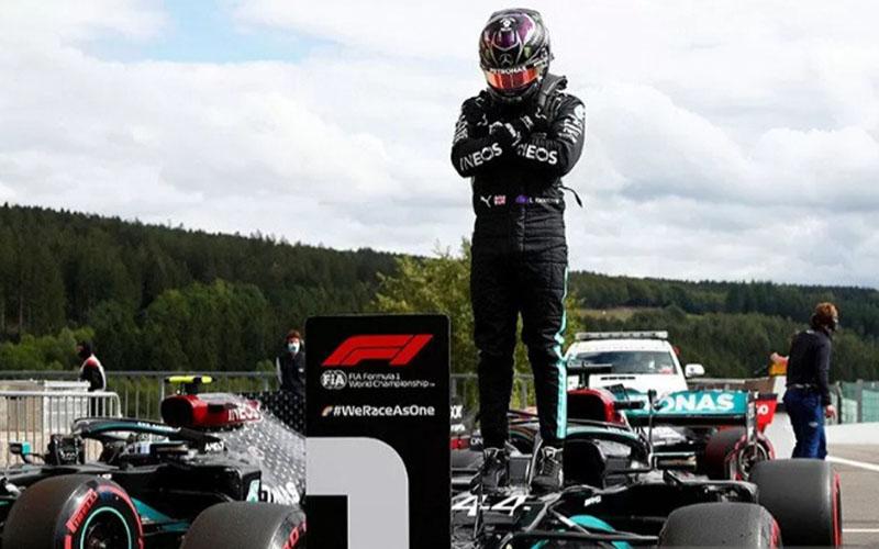 Pebalap tim Mercedes Lewis Hamilton melakukan selebrasi setelah meraih pole position Grand Prix Belgia di Sirkuit Spa-Francorchamps pada Sabtu (29/8/2020)./Antara - Reuters