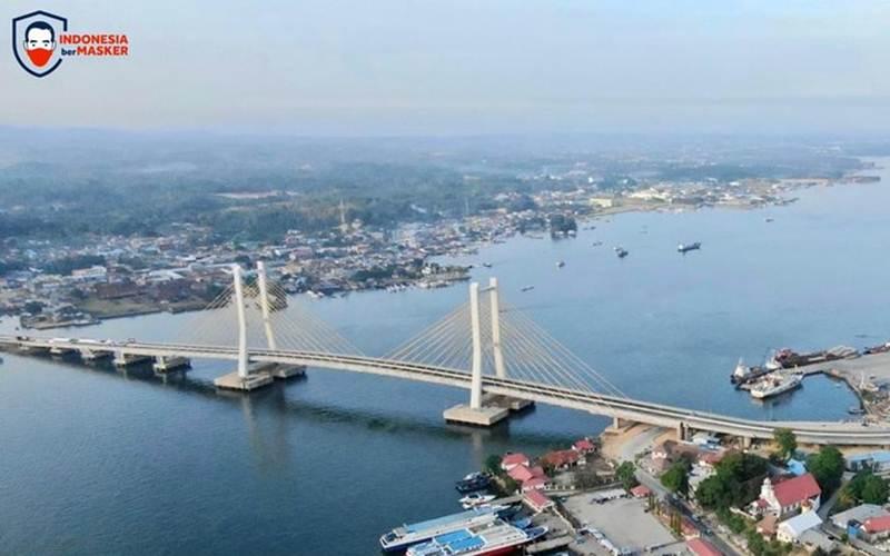 Jembatan Teluk Kendari Jembatan sepanjang 1,34 kilometer terentang di atas Teluk Kendari, Sulawesi Tenggara dan menjadi ikon baru Kota Kendari. Jembatan Teluk Kendari memangkas waktu tempuh perjalanan, mengintegrasikan kawasan pertanian dan industri setempat. - Twitter/@jokowi\r\n