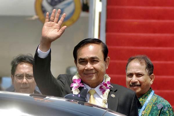 Perdana Menteri Thailand Prayut Chan-o-cha (tengah) ketika tiba di Bandara Internasional I Gusti Ngurah Rai, Bali, Kamis (11/10/2018). - ANTARA/Fikri Yusuf