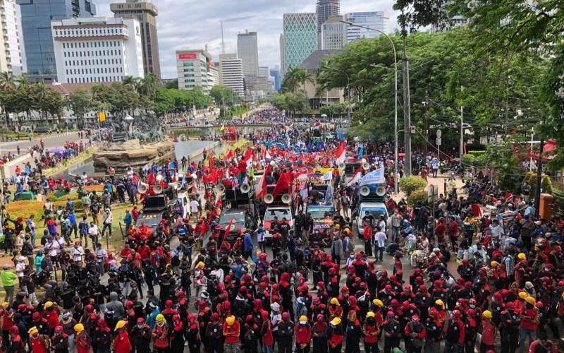 Massa buruh Gebrak berunjuk rasa menolak UU Ciptaker di kawasan Patung Kuda, Jakarta Pusat, Kamis (22/10/2020) - Bisnis/Aprianus Doni Tolok