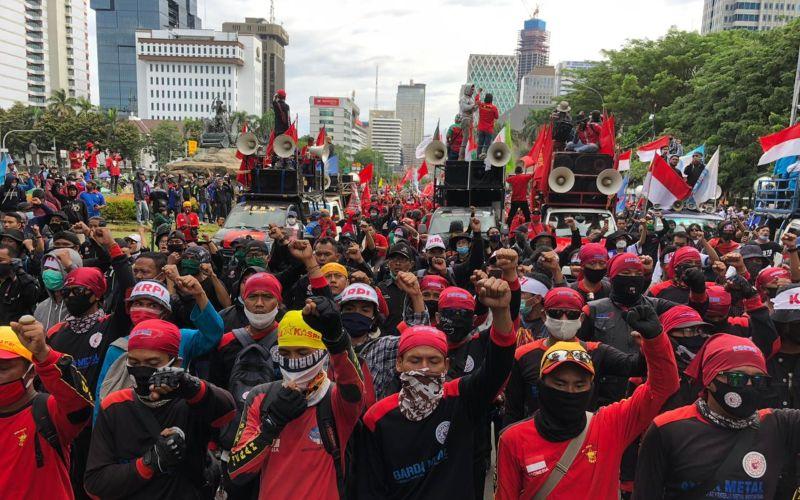 Ribuan massa buruh Gebrak berunjuk rasa menolak UU Ciptaker di kawasan Patung Kuda, Jakarta Pusat, Kamis (22/10/2020) - Bisnis/Aprianus Doni Tolok