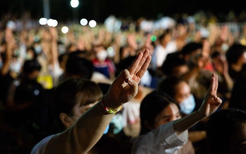 Para pengunjuk rasa melakukan salut tiga jari ala film The Hunger Games dalam demonstrasi menuntut demokrasi yang lebih besar di Thailand, Agustus 2020. - Bloomberg