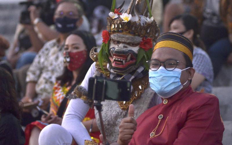 Sejumlah perwakilan agen perjalanan pariwisata berswafoto dengan penari saat travel gathering bertajuk We Love Bali di kawasan Pantai Pandawa, Badung, Bali, Jumat (4/9 - 2020). \r\n