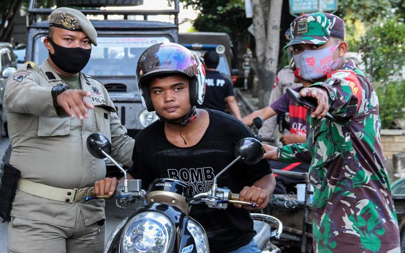 Ilustrasi-Satgas gabungan menjaring warga tidak memakai masker saat digelar Operasi Yustisi Protokol Covid-19 di Pusat Kota Lhokseumawe, Aceh, Rabu (16/9/2020). - Antara/Rahmad