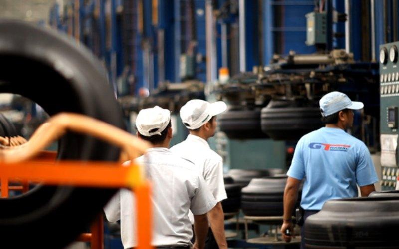 Aktivitas pekerja di pabrik ban PT Gajah Tunggal Tbk. Hanya ada dua produsen ban radial di Indonesia, yakni PT Hankook Tire Indonesia dan PT Gajah Tunggal Tbk.  - gt/tires.com
