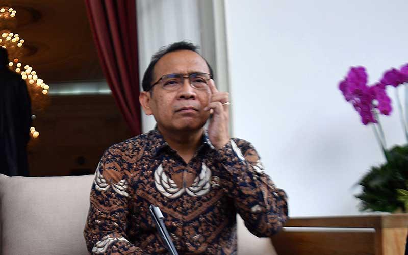 Mensesneg Pratikno menyampaikan keterangan pers di beranda belakang Istana Merdeka, Jakarta, Selasa (3/3/2020). ANTARA FOTO - Sigid Kurniawan