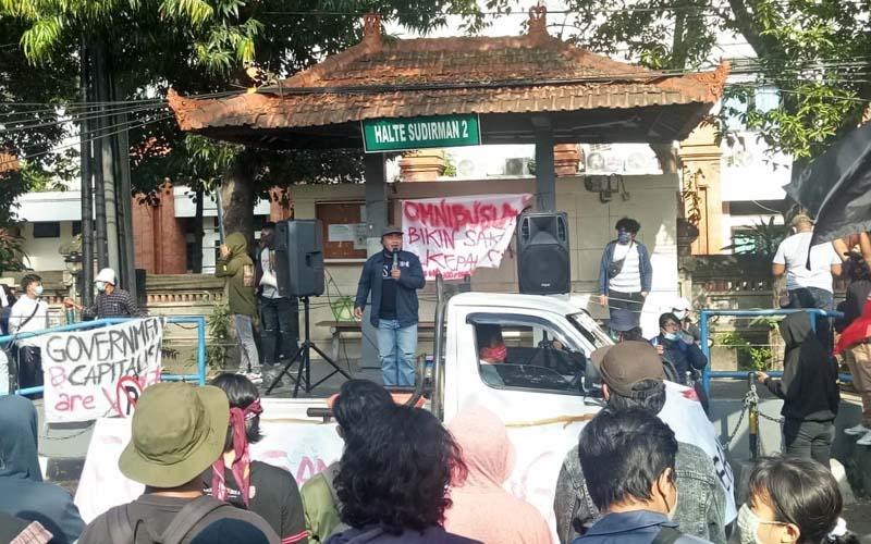 Aksi penolakan Omnibus Law Undang Undang Cipta Kerja kembali dilakukan di Bali, Kamis (22/10/2020). - Bisnis/Luh Putu Sugiari