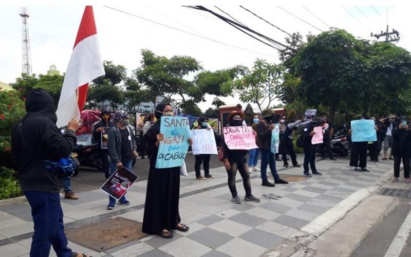 Puluhan santri dari Aliansi Kota Santri Lawan Kekerasan Seksual saat menggelar aksi di depan Mapolda Jawa Timur, Surabaya, Rabu (15/7/2020). - Antara