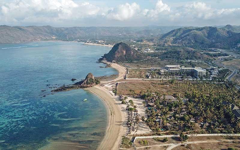 Foto udara destinasi wisata pantai Seger di Kawasan Ekonomi Khusus Mandalika di Kuta, Kecamatan Pujut, Praya, Lombok Tengah, NTB. - Antara/Ahmad Subaidi