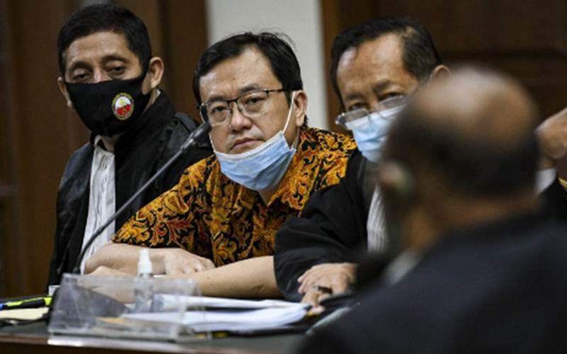 Benny Tjokrosaputro (kedua kiri) mendengarkan keterangan saksi saat mengikuti sidang lanjutan kasus korupsi pengelolaan keuangan dan dana investasi PT Asuransi Jiwasraya di Pengadilan Tipikor, Jakarta, Senin (7/9/2020). - Antara/M Risyal Hidayat