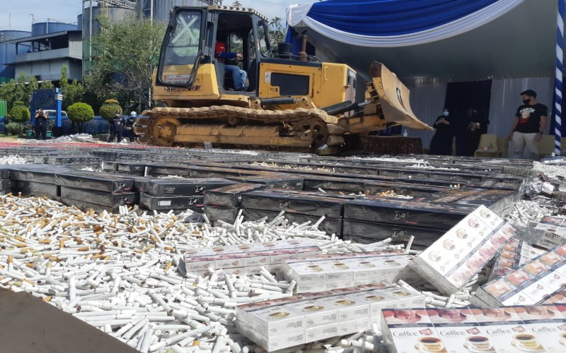 Pemusnahan rokok ilegal yang dilakukan Kantor Bea Cukai Palembang, Rabu (23/9/2020). Kenaikan cukai pada 2021 berpotensi meningkatkan peredaran rokok ilegal di pasar. Bisnis - Dinda Wulandari