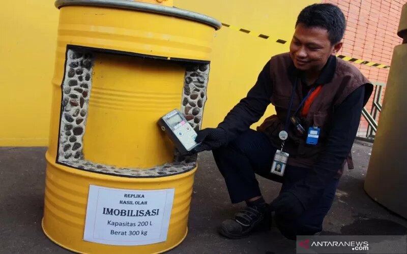 Ilustrasi - Petugas dari Pengolahan Limbah Radioaktif Badan Tenaga Nuklir Nasional (BATAN) memeriksa tingkat paparan limbah radioaktif yang sudah diolah dengan cara dibeton di Puspiptek, Serpong, Tangerang Selatan, Banten, Jumat (28/2/2020). - Antara/Muhammad Iqbal