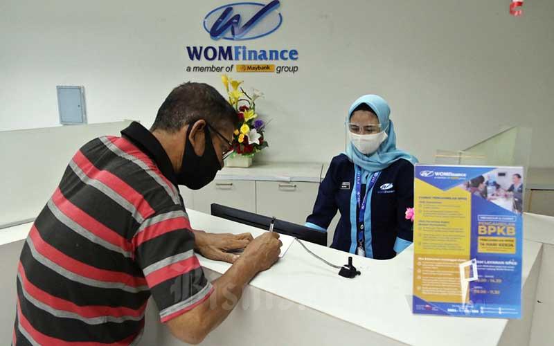 Petugas melayani nasabah di kantor PT Wahana Ottomitra Tbk. (WOMF), Ciputat, Tangerang Selatan, Senin (10/8/2020). Bisnis - Eusebio Chrysnamurti