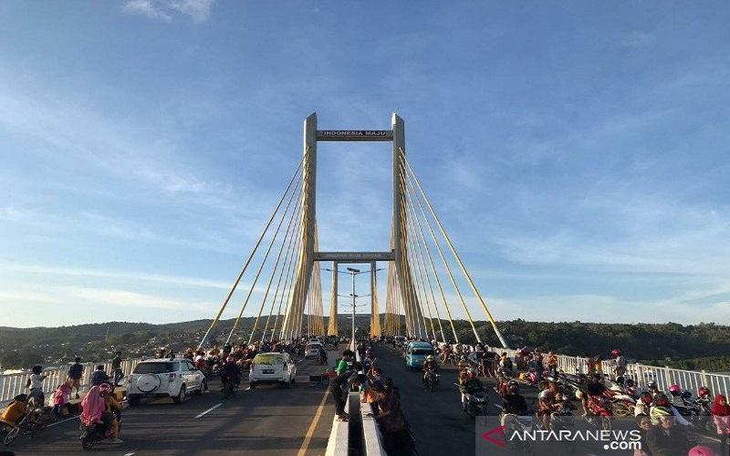 Warga Kota Kendari mengunjungi Jembatan Teluk Kendari untuk berekreasi. Pemerintah Kota Kendari memberi waktu sepekan dari 23 sampai 30 Oktober 2020 bagi warga untuk berekreasi di kawasan jembatan tersebut. (ANTARA - HO/Humas Pemkot Kendari)
