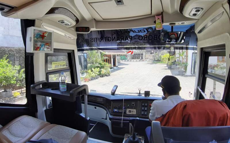 Didit, sopir bus Damri saat mengemudikan bus rute wisata Malioboro-Parangtritis, Selasa (20/10/2020). - JIBI/Catur Dwi Janati