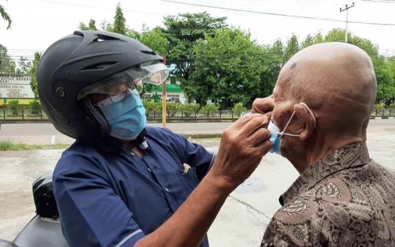 Kegiatan sosialisasi penggunaan masker. - ANTARA