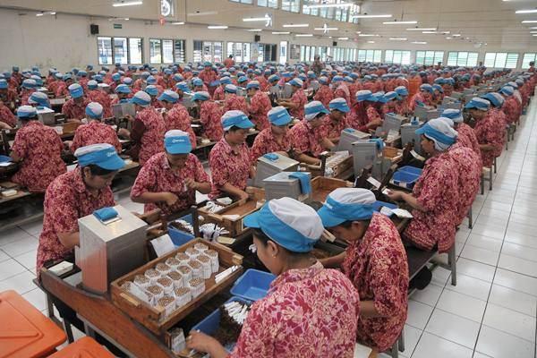 Buruh melakukan pelintingan sigaret kretek tangan (SKT) di sebuah pabrik rokok, di Kudus, Jawa Tengah, Rabu (31/8/2016). - Antara/Yusuf Nugroho